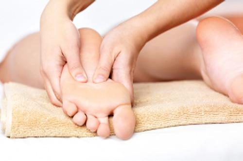 Лечение артроза стопы включает массаж стоп, физиотерапию и лечебную гимнастику.